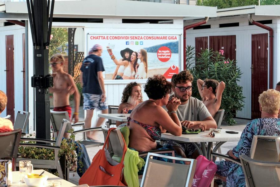 Affissione spiaggia Vodafone